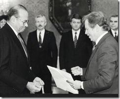 הגשת כתב ההאמנה לנשיא האוול בפראג, 27.11.90- התקוה חזרה לוולטבה