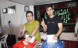 Voter_show_Stamped_Finger-_Iranian_presidential_election,_2013_in_Sarakh_2_(2).jpeg